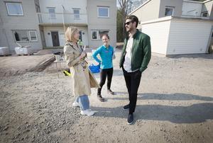 Malin Enlund, kundansvarig säljare på Boklok, tog emot Terese Wahlberg  och Mikael Svensson som kom för att titta på sitt radhus.