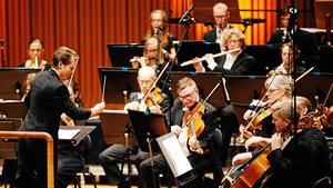 När Sinfoniettans musiker gick ner från 60 till 50 procents tjänstgöringsgrad såg sig musiker tvungna att sluta – skillnaden innebar svårigheter att försörja sig.Nu återfår Sinfoniettan 60-procentiga tjänster i två steg.Bilden är tagen vid en konsert i mars i år, dirigent Eva Ollikainen.