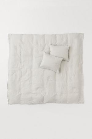 Budget. Påslakanset i tvättat linne, 999 kronor på H&M Home.