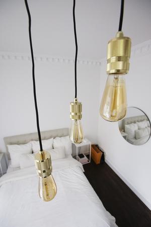 Nakna lampor i avskalat sovrum.