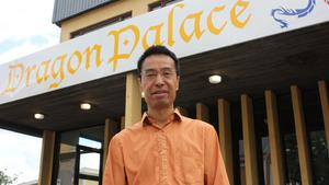 Staffan Wong utanför den nya lokalen på Bergslagsvägen.