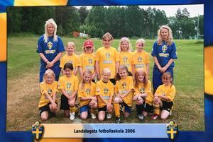 Sara (t v) som instruktör under landslagets fotbollsskola.