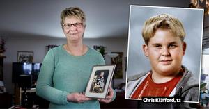 Farmor Iris Sjögren med ett fotografi på barnbarnet Chris Kläfford.