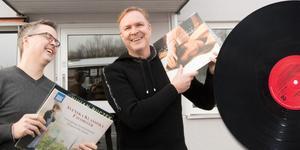 Stephan Jansson håller stolt upp albumet med stjärnskottet Amanda Ginsburg, som getts ut på skivbolaget Ladybird där Naxos Sweden är delägare. Till vänster Måns Uggla.