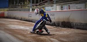 Philip Hellström Bängs stortrivs på banan vid Avesta motorstadion och ser fram emot att kunna köra in sina första poäng i elitserien nästa år. Foto: Mikael Stenius