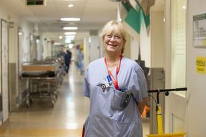 Sjuksköterska Anna Flybring har arbetat på avdelningen i 30 år. – Vi är otroligt glada att de i sitt späckade schema vill komma till oss. Vi förstår att de har jättemycket att göra, säger hon.