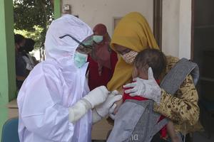 Ett spädbarn i Tangerang i indonesien får mässlingsvaccin, under pågående viruspandemi.