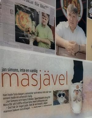 Jan Simons är ingen vanlig 'masjävel'. Något som blir tydligt i den utställning om hans liv som Mora IK satt upp i restaurangen i Jalas Arena. Foton, tidningsurklipp och tavlor ringar in hans 37 år i föreningen.