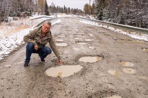 ETTABILD Ann Rosén i Nysätern hör till en av flera boende längs Särvsjövägen som tröttnat på vägens skick.