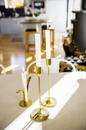 Inslag av guld och mässing ger en varm känsla till hemmet.