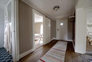 Tillbyggnaden i ett plan är 5x5 meter och inrymmer ny entré, ett sovrum och ett modernt badrum. Den gamla ytterväggen syns till höger i bilden.