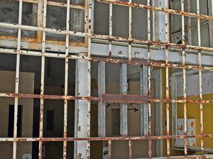 Attvistas inne i den fallfärdiga byggnaden är förenat med risker. Därför har kommunen förslutit den så gott det går.