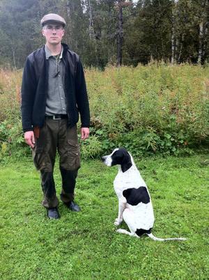 Samuel Jakoby med fågelhunden Miller, som klarade livhanken med nöd och näppe.