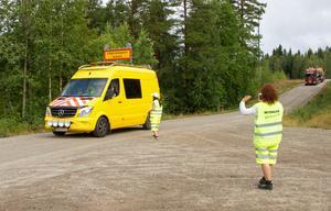 En trailer med en grävmaskin som ska delta i arbetet får passera.