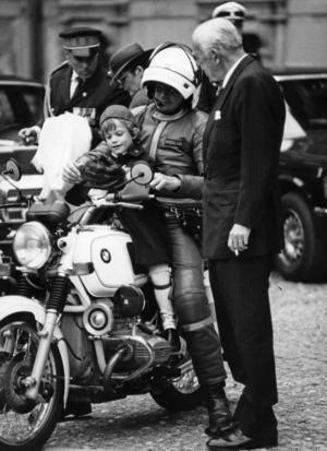 Prins Carl Philip testar en polismotorcykel under överinseende av prins Bertil 1986.  Foto: Rolf Hamilton/TT