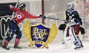 Björn Hellman, senast i Kalix, i duell med Edsbyns finske stjärna Tuomas Määttä under förra säsongen.