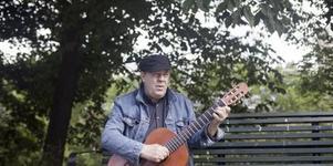 Anders Stävarby sjunger och spelar i Värhulta kapell i morgon, onsdag. (Foto: Hanna Rössner)