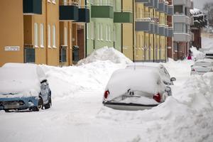 Fastighetsägarna har ansvar för att hålla trottoarerna utanför fastigheten fria från snö. På Södra Stapeltorgsgatan ser man hur trångt det blir när snön inte forslas bort.
