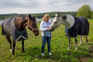Maggan med hästarna Loranga Marcos och Grey M.B.