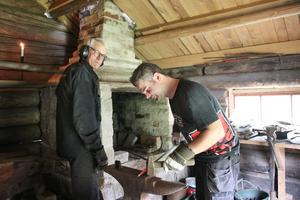 Per-Martin Ramberg och Mats Englund har smide som hobby och under Ramsbergsdagen öppnade de smedjan. Den har varit stängd i många år.