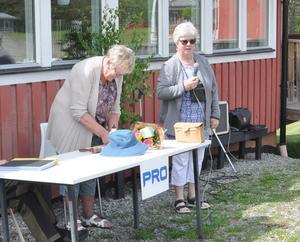 Ny ordförande i PRO Myssjö-Oviken blev Eva Simonsson, på bilden till höger om avgående ordförande Berna Östlund. Foto: Karin Jirdén