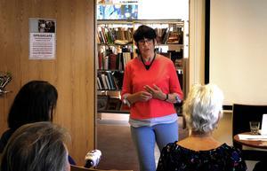 Sigrid Grälls föreläser och presenterar sin nya bok på stadsbiblioteket i Falun.