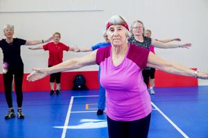 86-åriga Eva Johansson leder träningen till tonerna av Abba.