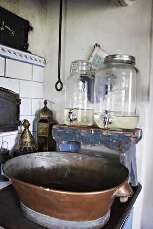 När man inte har rinnande vatten får man vara lite påhittig. De här dryckesbehållarna med kran har därför kommit väl till pass.