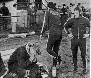 Helge Antlind, tränare i VSK Fotboll, begraver ansiktet i händerna efter det svidande kvitteringsmålet.