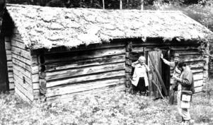 1975 gjorde Ragunda kommun en inventering av fäbodarna i Fors socken och kunde konstatera att att det var få kvar i någorlunda skick. På bilden syns den enda byggnad som fanns kvar av Bergebodarna. Maja Eriksson och Rolf Häggquist  berättade om vallens historia för inventeraren Sören Nilsson.