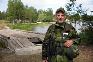 Bataljonchefen Peter Lasén packade under helgen, liksom övriga frivilliga. Det blir en del att bära på: Kläder med säkerhetsväst 10 kg,  AK4 plus ammunition 5 kg, och så 20 kilo utrustning. Bron vid Stennäset klarar 65 ton.
