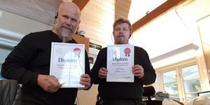 Stefan Larsson vd för Sme Larsson och kundmottagare Stefan Haglund visar stolt upp  diplomen som intygar att de är försäkringsjättens favoritverkstad i Västmanland.