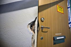 En tung säkerhetsdörr kan inte brytas upp med kofot och slägga. Men eldrivna – batteridrivna – betonghammare kan slå sig in via väggen och på så vis kunde flera män tränga sig in i en bostad på Haga i veckan.