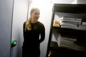 Anna Furberg inspekterar frysen. Här lagras Wegabollarna inför leverans.