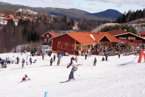 Sista åkdagen i Järvsöbacken för säsongen blev smältande vacker och folk myste på uteserveringen.