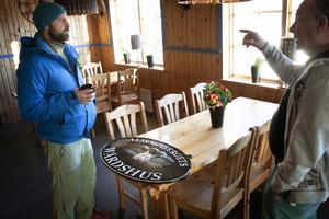Sture Lisstrand visar restaurangens nya skylt med ett lodjur på. Han frågar Peo Eriksson om det finns lo i området. Det är typisk terräng för lodjur, svarar han.