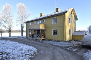 Hammargårdsvägen 12, med  tio rum i två lägenheter och ytterligare ett hus med en lägenhet på gården.