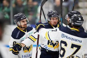 Klart för SM-kvartsfinal! HV71:s Nils Andersson, David Gustafsson och Christoffer Törngren jublar efter ett av målen i 4-3-segern i den andra SM-åttondelsfinalen mot Rögle.