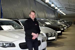 Bara en vecka efter takraset på Mittbil är Mattias Lundgren igång igen med sin bilförsäljning i den del av lokalen som klarade sig.