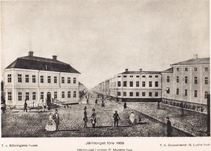 Innan järnvägen dragits mer centralt i staden låg Järntorget där Centralplan nu ligger. I huset till höger bodde brukspatron Gustaf Luth. Till vänster fanns det Elfbrinkska huset. Rakt fram i bild löper Drottninggatan mot väster.