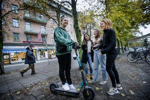 Claudia Kourieh tester en av de nya elsparkcyklarna tillsammans med skolkompisarna Markus Engvall, Moa Godlund och Lova Kaivanto. Fast eftersom de bara är 16 år har de inte rätta åldern inne.