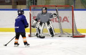 I Örebro finns det tre isytor för hockey på 120000 invånare. Det gör att konkurrensen om tid är stor mellan klubbar och lag