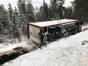 Lastbilssläp med virke bärgas på E14 öster om Järpen.