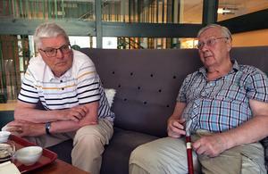 Kusinerna Tore och Bengt Svensson har tillsammans med sina forna lagkamrater i Vaik träffas – sedan ett decennium tillbaka – varje onsdag för att snacka gamla minnen .