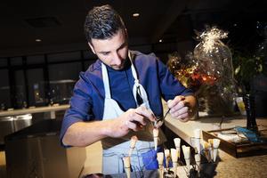Amin Fikri är kock på Naturaj. Här fixar han strutar med gräddfil och stenbitsrom.