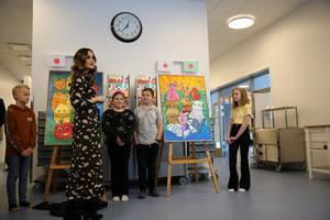 Avtäckning av tavla som elever i årskurs fyra har gjort. De som fick nöjet att tala med prinsessan var Linnea Tegnér, Tuva Olavesen Dalroth, Elow Dahlroth och Jerry Backsell Larsson.