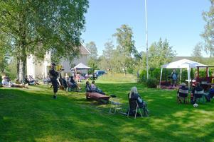 Trädgårdskonserten i Emmas och Kenneths trädgård lockade ett trettiotal besökare.