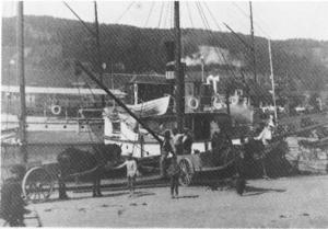 Det här är den äldsta bilden från Östersunds hamn som finns i ÖP:s arkiv.Det är ångaren Trafik som lastas eller lossas, I bakgrunden syns ångaren Carl XV. Bilden finns på vykort från 1907 men är troligtvis äldre än så.