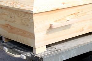 Billigaste träkistan på marknaden har ändå fina detaljer med handtag.