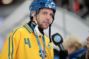 Per Hellmyrs intervjuas efter förlusten i VM-finalen i bandy mellan Ryssland och Sverige. Bild: Rikard Bäckman/Bandypuls.se/TT.